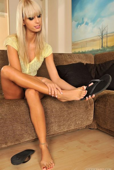 Секс в обе дырки с длинноногой блондинкой и футфетиш 1 фото