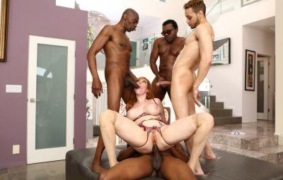 Четверо негров толпой трахают сексуальную рыжую милфу 1 фото
