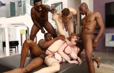 Четверо негров толпой трахают сексуальную рыжую милфу 13 фото