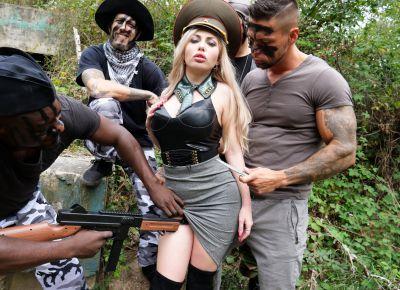 Солдаты вогнали в анал шлюхи три члена 2 фото