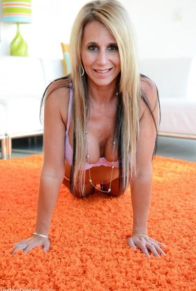 Зрелая грудастая блондинка мастурбирует вибратором 5 фото