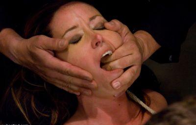 Женщину пытают оргазмом 15 фото