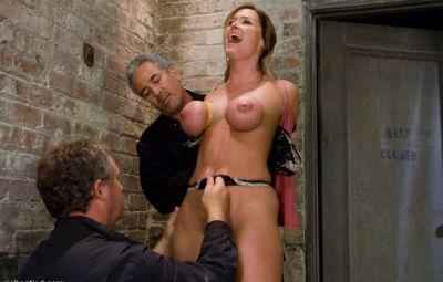 Женщину пытают оргазмом 9 фото