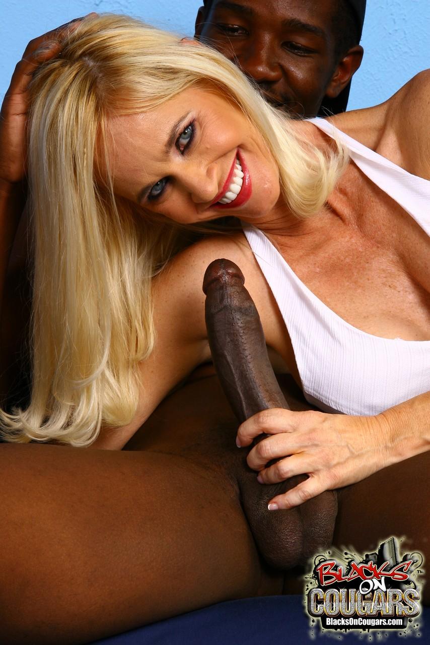 Негр затрахал зрелую блондинку, сладкие киски секс