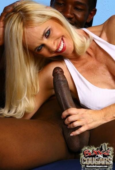 Негр жестко трахнул зрелую блондинку 6 фото