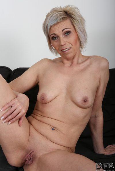 Два негра ебут зрелую блондинку сразу в обе дырки 10 фото