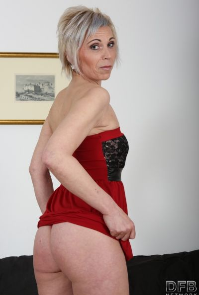 Два негра ебут зрелую блондинку сразу в обе дырки 2 фото