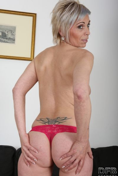 Два негра ебут зрелую блондинку сразу в обе дырки 5 фото
