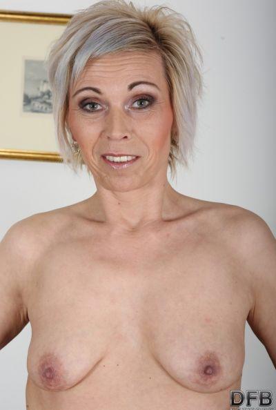 Два негра ебут зрелую блондинку сразу в обе дырки 8 фото