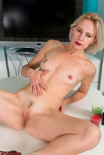 Горячая зрелая блондинка мастурбирует голышом 11 фото