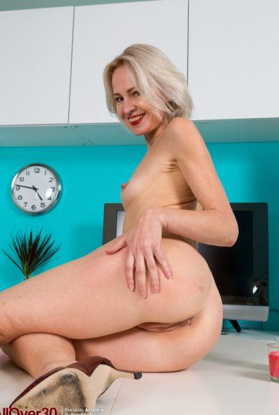 Горячая зрелая блондинка мастурбирует голышом 12 фото
