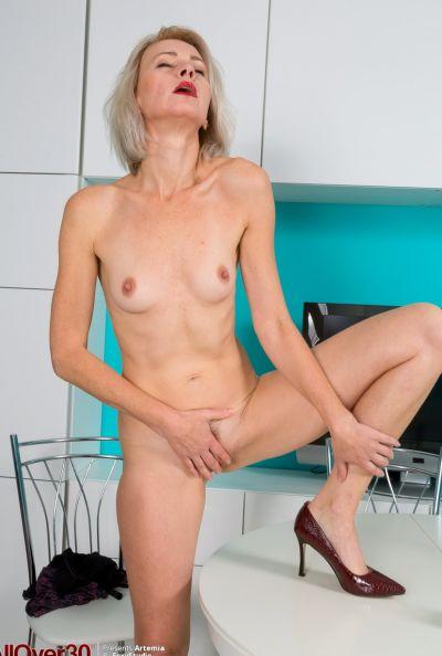 Горячая зрелая блондинка мастурбирует голышом 14 фото