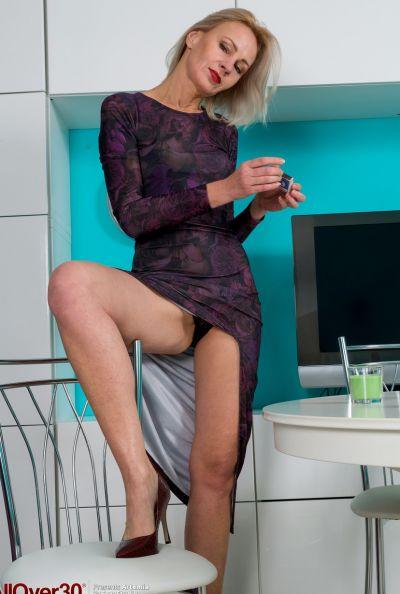 Горячая зрелая блондинка мастурбирует голышом 2 фото