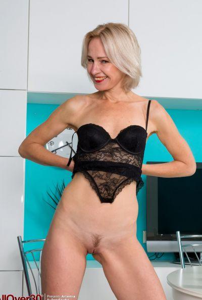Горячая зрелая блондинка мастурбирует голышом 8 фото