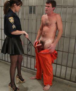 Женщина коп насилует заключенного