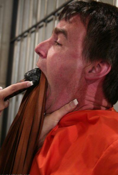 Женщина коп насилует заключенного 1 фото