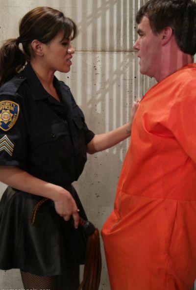 Женщина коп насилует заключенного 2 фото