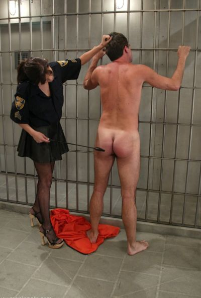 Женщина коп насилует заключенного 6 фото