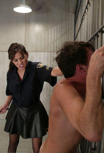 Женщина коп насилует заключенного 7 фото