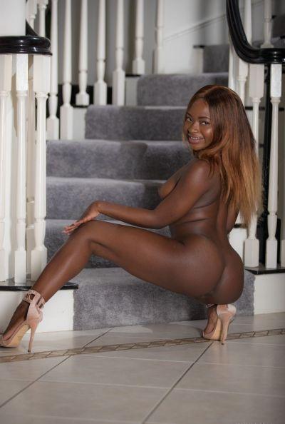 Голая молодая негритянка Noemie Bilas 13 фото