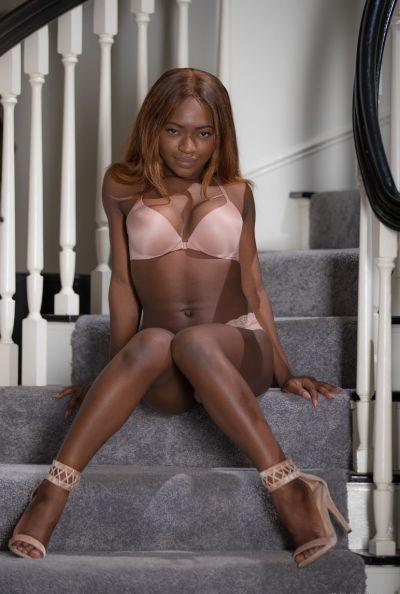 Голая молодая негритянка Noemie Bilas 6 фото