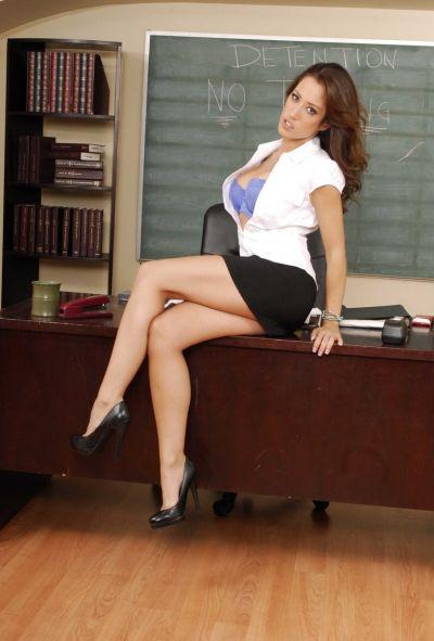Учительница мастурбирует в школе 2 фото