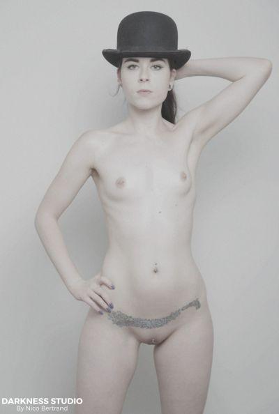 Молодая девушка мастурбирует двойным вибратором 1 фото