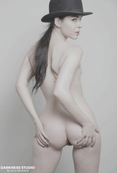 Молодая девушка мастурбирует двойным вибратором 4 фото