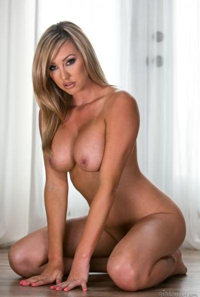 Голая блондинка с большими сиськами Brett Rossi 15 фото