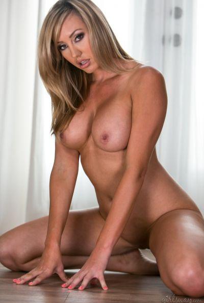 Голая блондинка с большими сиськами Brett Rossi 16 фото