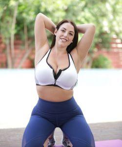 Голая сексуальная йогиня