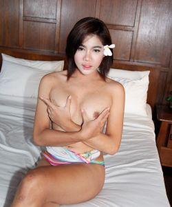Азиатка транс показала член и анальную дыру