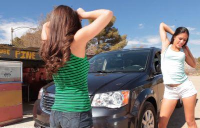 Коп арестовал двух девушек и жестко выебал 1 фото