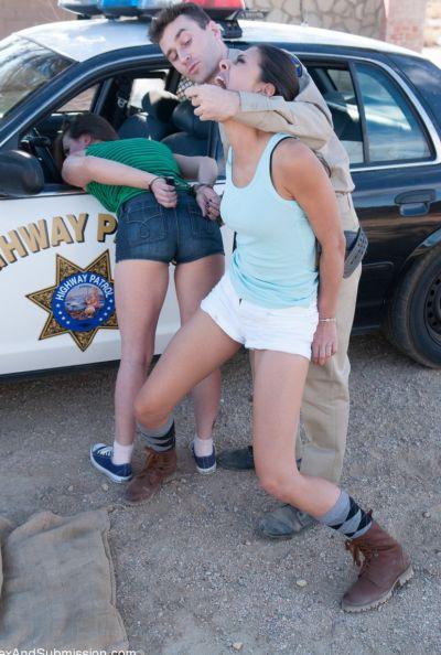 Коп арестовал двух девушек и жестко выебал 10 фото