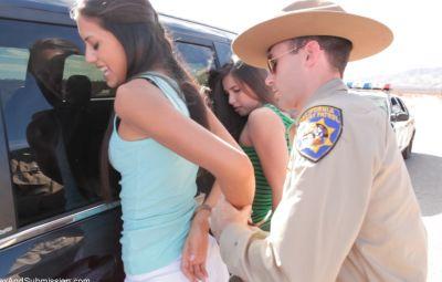 Коп арестовал двух девушек и жестко выебал 5 фото