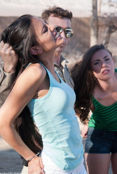Коп арестовал двух девушек и жестко выебал 7 фото