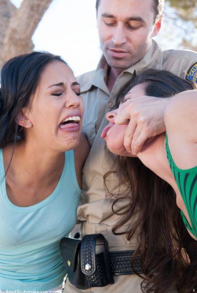 Коп арестовал двух девушек и жестко выебал 9 фото