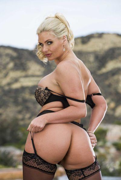 Похотливая блондинка с большими сиськами и попкой 10 фото