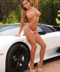Сисястая девушка разделась на фоне Lamborghini