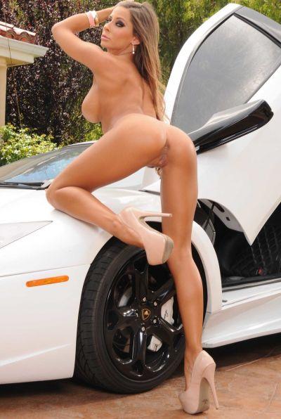 Сисястая девушка разделась на фоне Lamborghini 15 фото