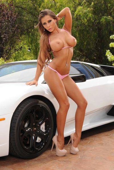 Сисястая девушка разделась на фоне Lamborghini 7 фото