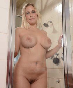 Пышная жена принимает душ