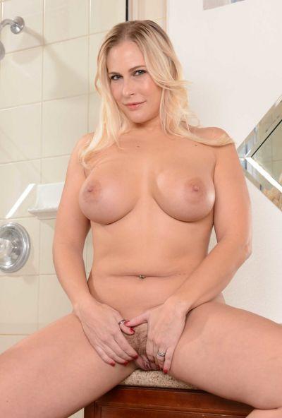 Пышная жена принимает душ 12 фото