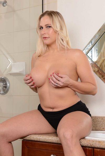 Пышная жена принимает душ 8 фото