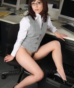 Голая японка в офисе