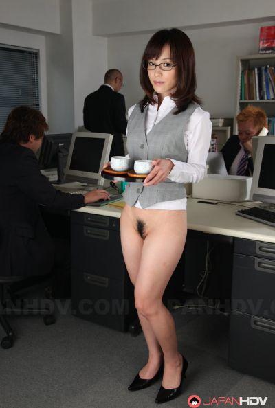 Голая японка в офисе 4 фото