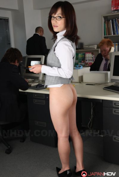 Голая японка в офисе 6 фото