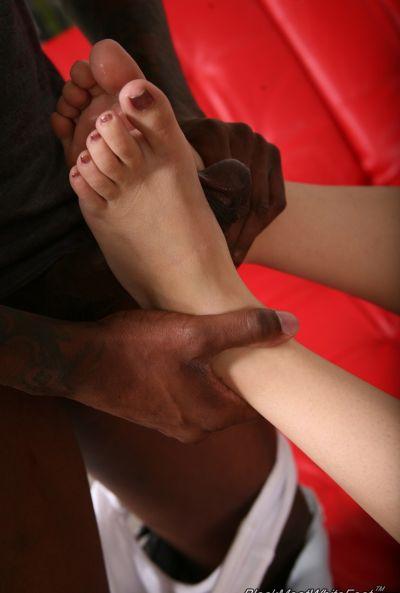 Фетиш ног с молодой жопастой девушкой и негром 14 фото