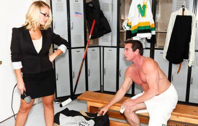 Журналистка отдалась хоккеисту в раздевалке 8 фото